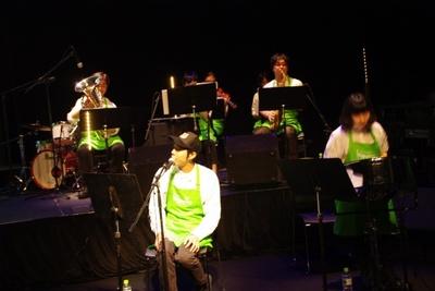 ステージ両脇の生バンドの演奏が会場を盛り上げた