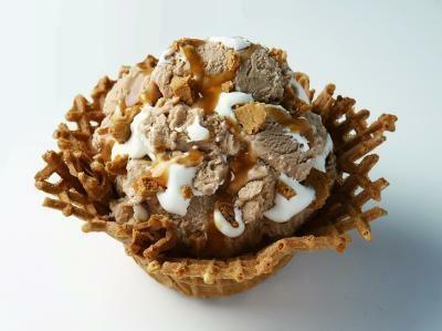 もはやケーキ!マロンアイスにタルトと生クリーム、キャラメルソースが入った「モンブランキャラメリーゼ」