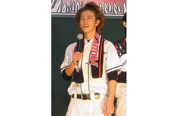 佐藤健は、イチローばりの背面キャッチにトライ