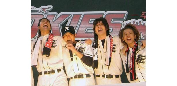 ドラマの主題歌「キセキ」を熱唱する高岡蒼甫(左から2番目)と仲間たち