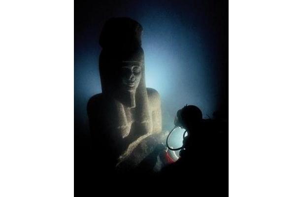 海中のハピ神像[プトレマイオス朝、前4世紀ごろ] (C)Franck Goddio/Hilti Foundation-Photo:Christoph Gerigk