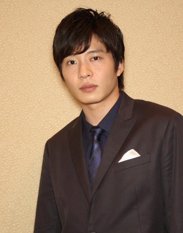 見つめる田中圭。