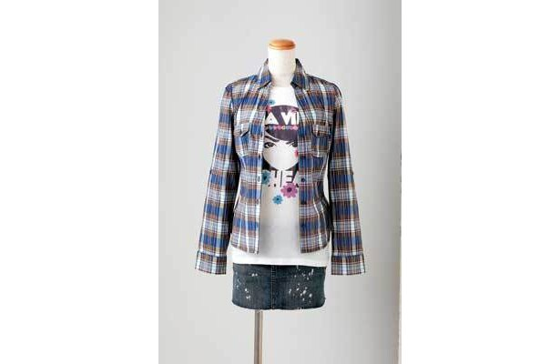 LAスタイルの女子コーデはプリントTシャツ$14.80、チェックシャツ$17.80、デニムスカート$19.80