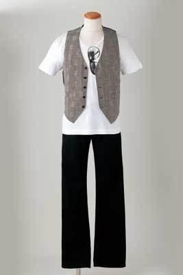 メンズはシック!サングラス柄Tシャツに、千鳥格子のベスト、黒デニムをコーディネート