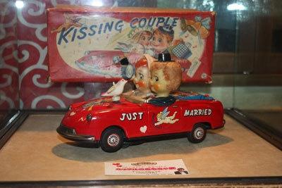 ゼンマイ式でキスをするカップルの人形も!