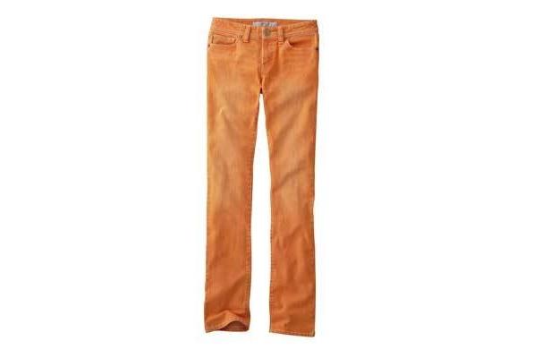 ユニクロのストレートスキニージーンズは、春らしいオレンジ(3990円)