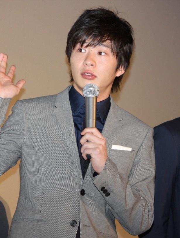 インタビューに答える田中圭。