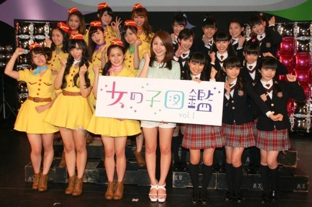 「女の子図鑑vol.1」に登場したPASSPO☆(左)、吉川友(中央)、さくら学院(右)の3組のアーティスト
