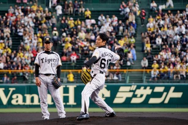 球場に集まった大観衆に見守られながら緊張の面持ちで投球