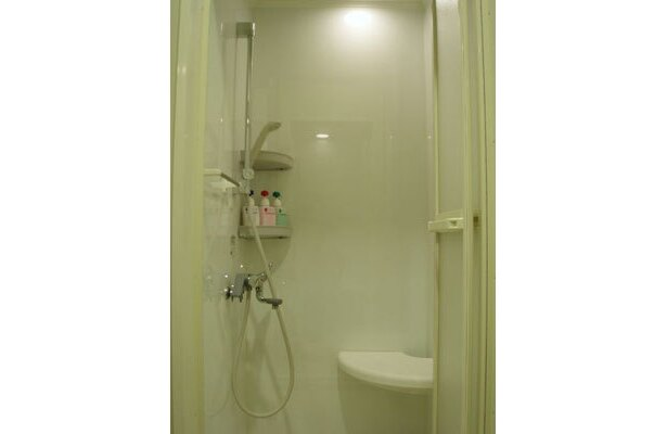 シャワーは個室。シャンプー、コンディショナー、ボディソープを設置。