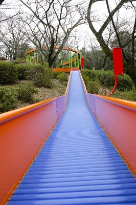 東山植物園のサクラを見ながら滑れるすべり台