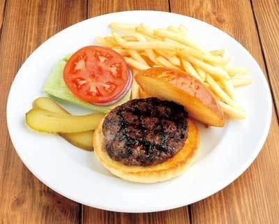 ジューシーな「炭火焼バーガー」(930円)はやみつきの味!