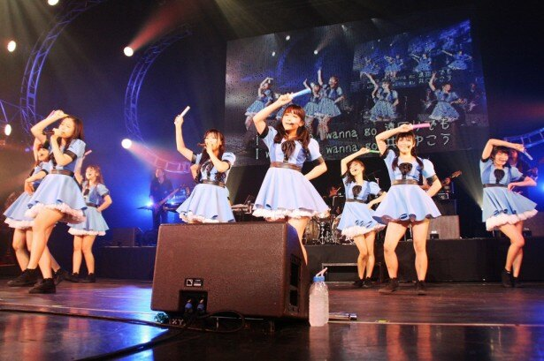ファンの前で6月26日(水)発売の「Truly」を初披露するPASSPO☆