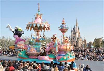 「ハピネス・イズ・ヒア」でドナルドとデイジーが乗っているのはミニーモチーフが飾られたフロート