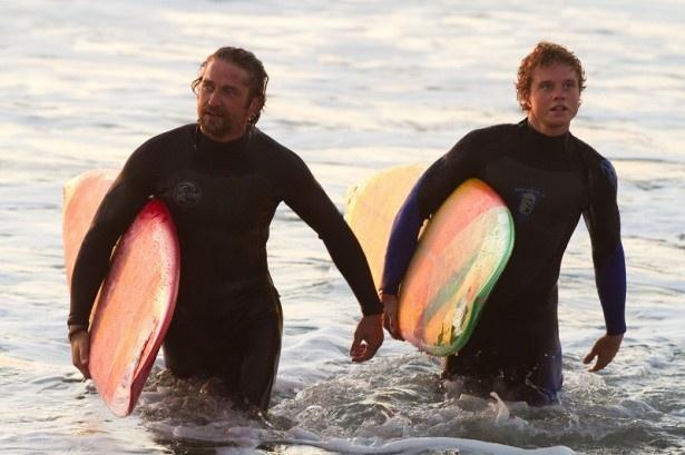 22歳で生涯を閉じた天才サーファーのジェイ・モリアリティを演じるジョニー・ウェストン(右)