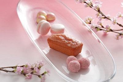 手前から、桜クッキー(¥600)、桜パウンドケーキ、桜マカロン(¥700)、桜チョコ(¥600)