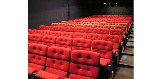 客席数は104席。シンプルで落ち着いた内装だ