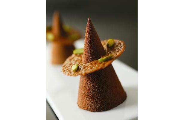 ふんわり軽いチョコケーキは芸術的な円錐型! 「100%デザートサーカス」(714円)