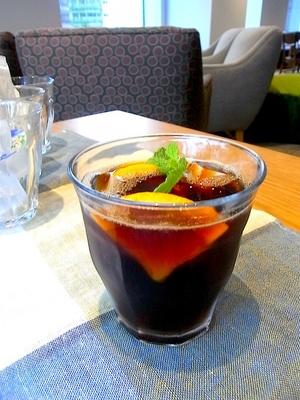 柑橘系の清涼感が新しいアイスコーヒーwithオレンジはブラックアイスコーヒーにオレンジとミントを加えるだけ