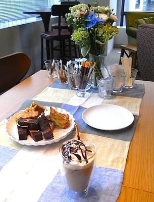 涼やかなブルーベースのテーブルコーデで夏のおうちカフェを盛り上げよう