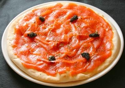 ウルフギャング・パック カフェの名物、スモークサーモンピザ。スペシャルバージョンとしてキャビア付き!