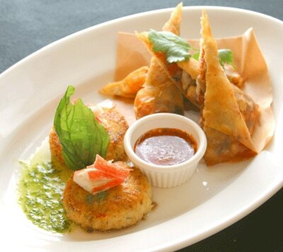 シュリンプスプリングロール&ミニクラブケーキ。オーストラリア出身シェフらしく海鮮創作料理がバリエーション豊富