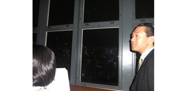 東京タワーからの眺めを解説する丸々氏(右)
