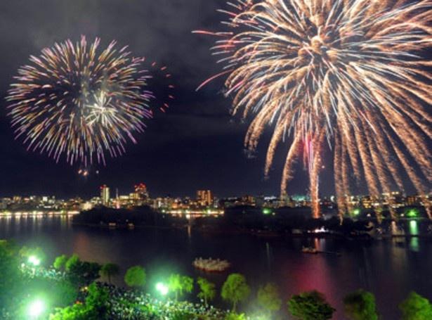 第51回西日本大濠花火大会。360度鑑賞ができる立地の良さが最大の魅力