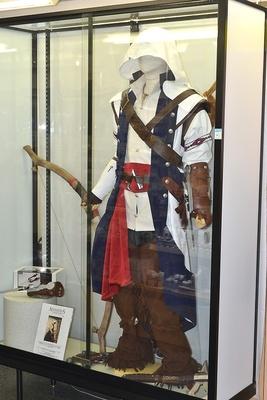 「アサシン クリード」の主人公・コナーの衣装が展示中