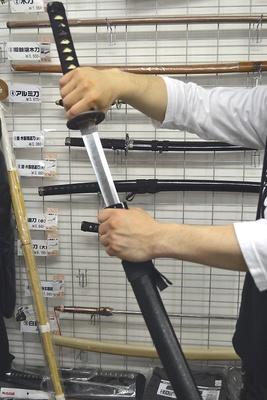 模造刀などの武器も発売中