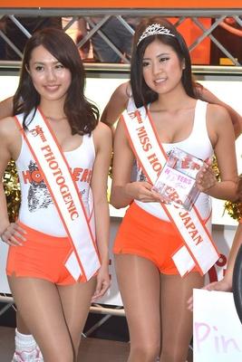 【写真を見る】ミスフーターズジャパン2013のMiyoさん(右)とフォトジェニック賞のAlisaさん(左)