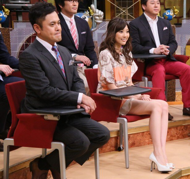 山岸舞彩(右)の脚線美に有田哲平(左)も緊張気味!?
