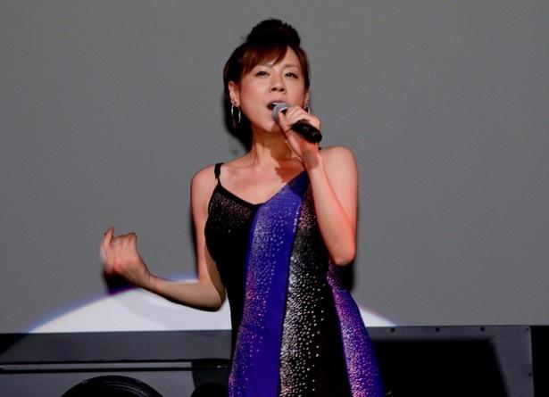 十八番「シンデレラ・ハネムーン」を熱唱!