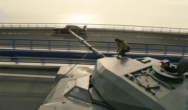 【写真を見る】高速道路を疾走する戦車っていうのも