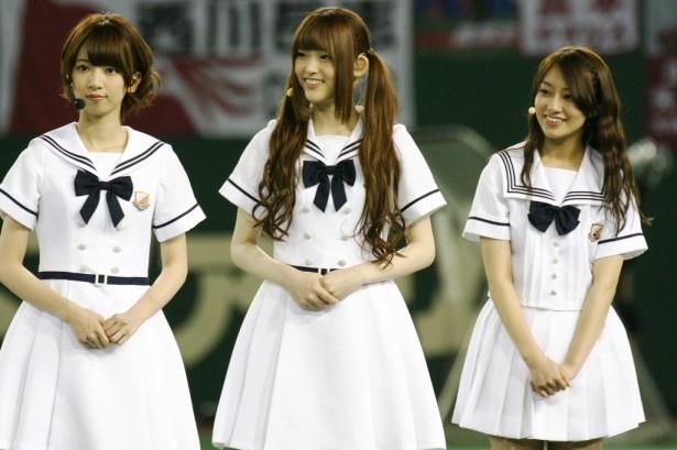 斎藤の話に耳を傾ける(左から)橋本奈々未、松村沙友理、桜井玲香