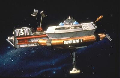 サンダーバード5号。次男ジョンが担当。宇宙ステーションとして救助情報の収集、救助の支持を行う宇宙ステーション