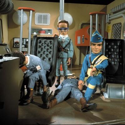 救助活動を行う三男のバージルとエンジニアのブレインズ