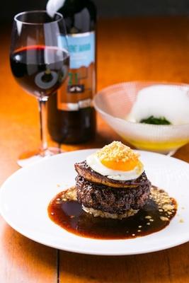 ナイフを入れると肉汁が!岩手産短角牛とフォアグラのロッシーニ(1659円)