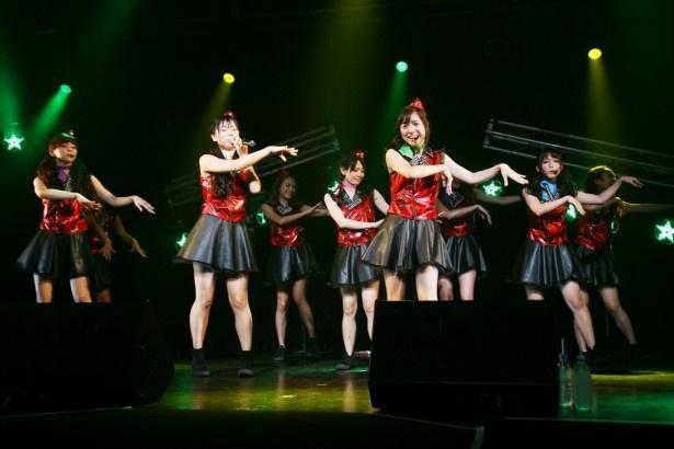 新曲「妄想のハワイ」を初披露したPASSPO☆。振り付けにフラダンスも取り入れている