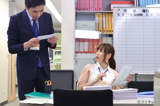 【画像】「コジハラ」では、 OLの児島なぎさ(小嶋陽菜)が上司の山城(柄本佑)に呼ばれ、顧客に送るダイレクトメールの宛名書きを任される