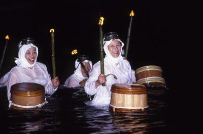 【画像を見る】確かにシュール!? 「海女の大夜泳」はコチラ