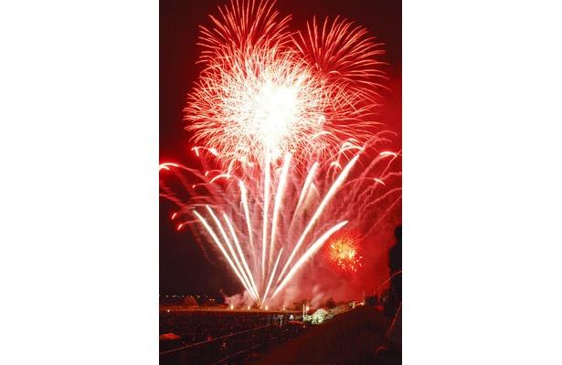 調布市花火大会。川崎市側の河川敷は調布市側に比べ人も少なくオススメのビュースポット