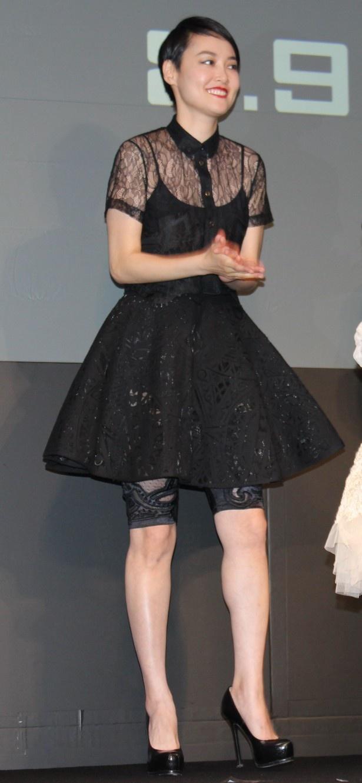 シースルーの黒のドレス姿で登場した菊地凛子