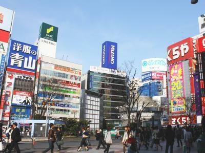 デパートや電気店など、多くのビルが混在しているのも新宿の魅力