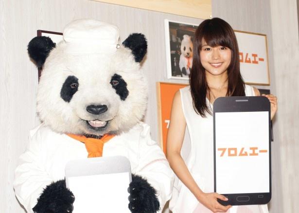 新CM発表会に登場したパン田一郎と有村架純(写真左から)