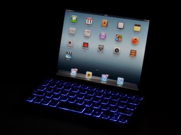 【写真を見る】闇に浮かび上がるキーボードはわざわざ暗闇で使いたくなる格好良さ