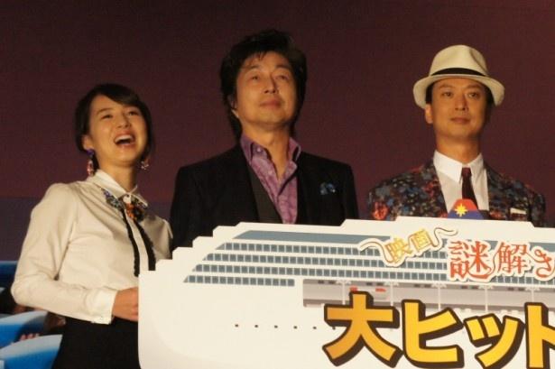 """""""大ヒット!!航海中!!""""のボードを持ち、桜庭ななみ(写真左)もにっこり"""
