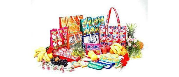 フィリピン発のジュースバッグはとても鮮やか!上段左より時計回りにビッグバッグ、書類フォルダ、ペンケース、財布、A4トート、B5トート、ポーチ(すべてオープンプライス)