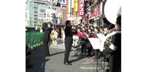大迫力!歌舞伎町商店街で、東京六大学応援団連盟などがランナーを応援(東京大マラソン祭り2009)