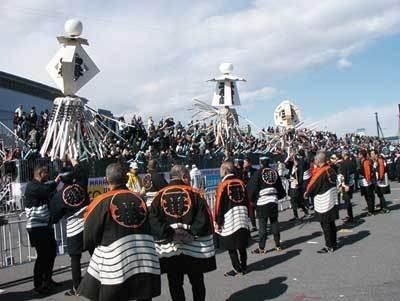 フィニッシュスタンド前では、和太鼓や吹奏楽などが感動のゴールを盛り上げる(東京大マラソン祭り2009)